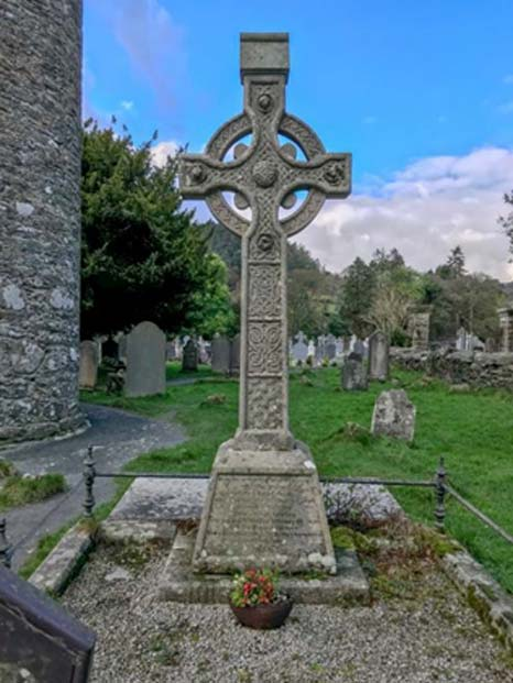 A Celtic cross in the Glendalough graveyard. (Ioannis Syrigos)