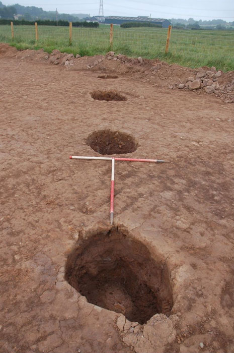 A line of large postholes belonging to the Neolithic house. (GUARD Archaeology Ltd.)