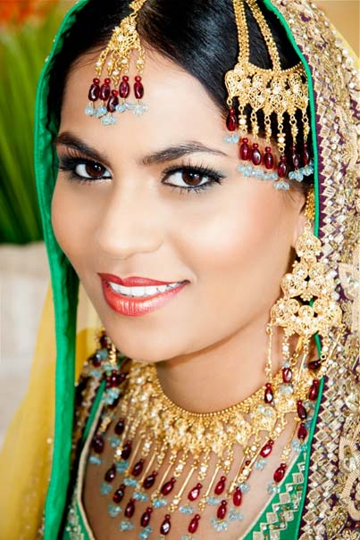 A woman wearing gold jewelry. (CC0)