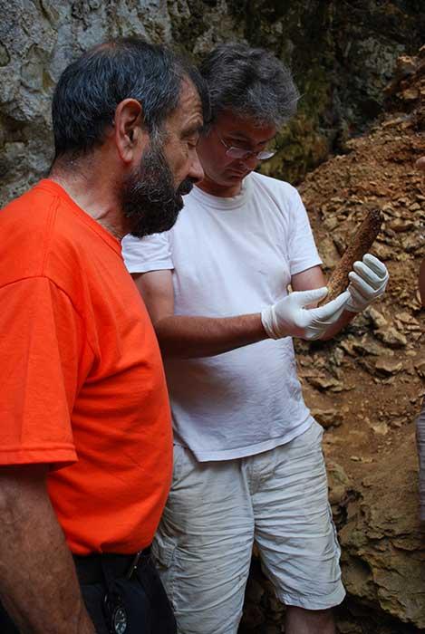 A. Mann et B. Maureille study a Neanderthal femur.