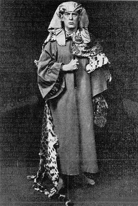 Алистер Кроули. (Общественное достояние) Определение магии Кроули повлияло на один из наиболее распространенных способов понимания Современной языческой магии - «Искусство искушения».
