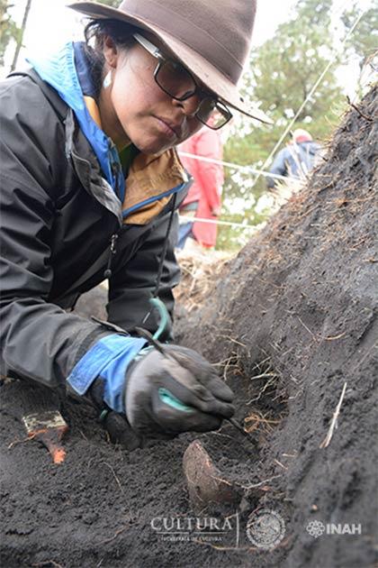 Archaeologist recovers pottery at Nahualac site, Mexico. (Isaac Gómez, cortesía Proyecto Arqueológico Nahualac, SAS-INAH.)