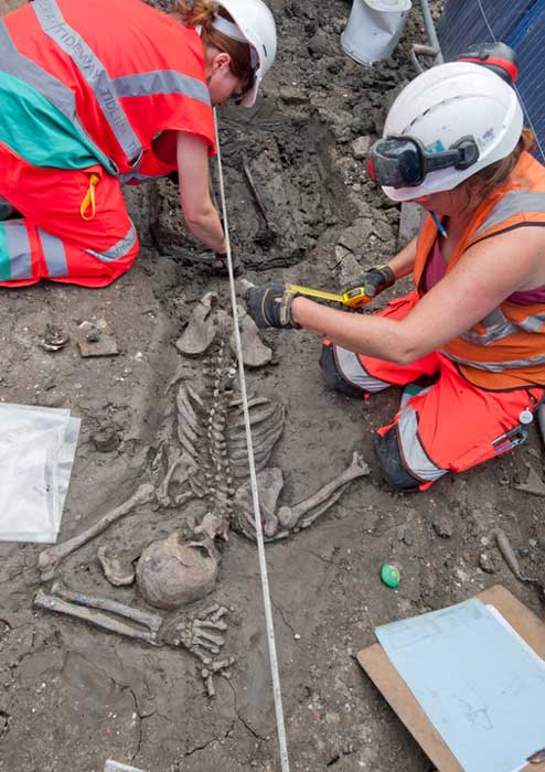Archaeologists carefully excavate the skeleton. (MOLA Headland Infrastructure)
