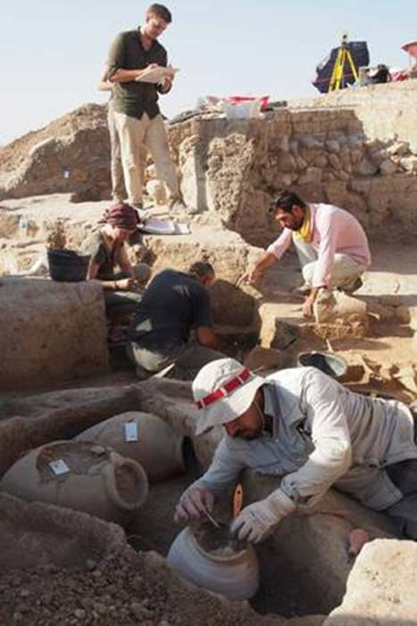 Bassetki (Iraqi Kurdistan) 2017: Unearthing the vessel containing the clay tablets.