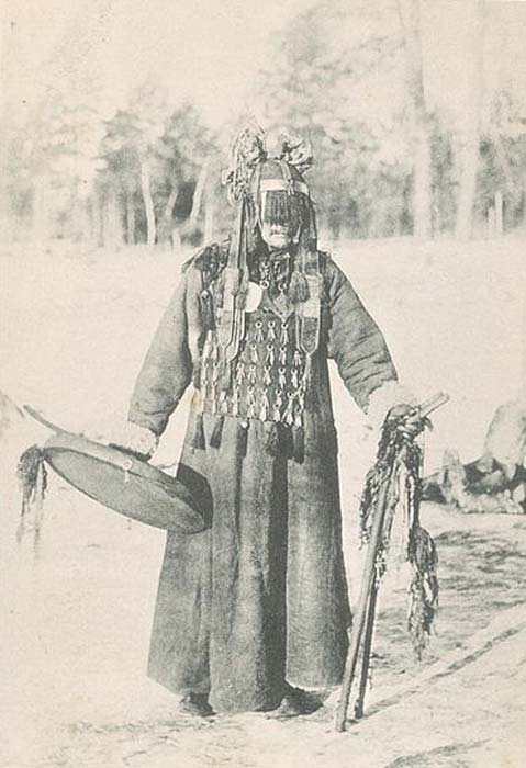 Buryat shaman photographed in 1904 wearing many of the same ritual garments as Manchu shaman, notably an apron, a cap, two wooden sticks, and a ritual drum. (Public Domain)