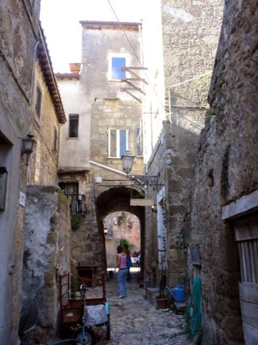 Calcata street scene. (CC BY-SA 2.5)