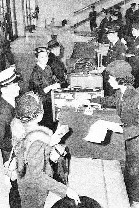Customs service at Haneda Airport in 1950s.