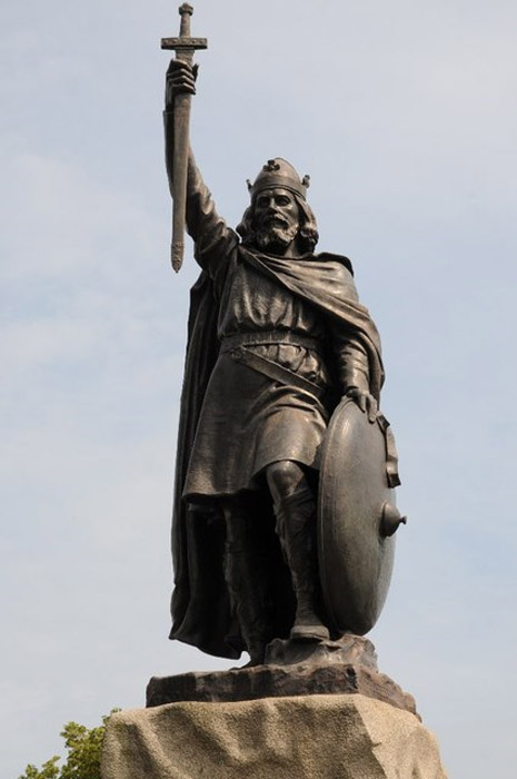 Famous statue of King Alfred the Great on Broadway in Winchester.