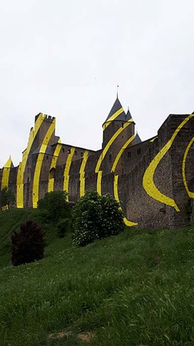 """Felice Varini, project """" of concentric yellow circles, at Carcassonne for the 7th """"IN SITU, Heritage and contemporary art"""" event in May 2018 to celebrate the 20th anniversary of the inscription on the World Heritage List of UNESCO. (CC BY-SA 4.0)"""