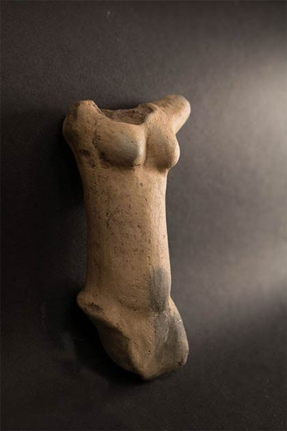 Frente del torso de la Piedra Venus de Egerszeg de la Edad de piedra encontrada recientemente en Hungría. (Museo Göcsej)