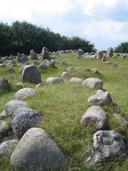 Funerary stone settings around Viking burial mounds. (Bunnyfrosch / Public Domain)