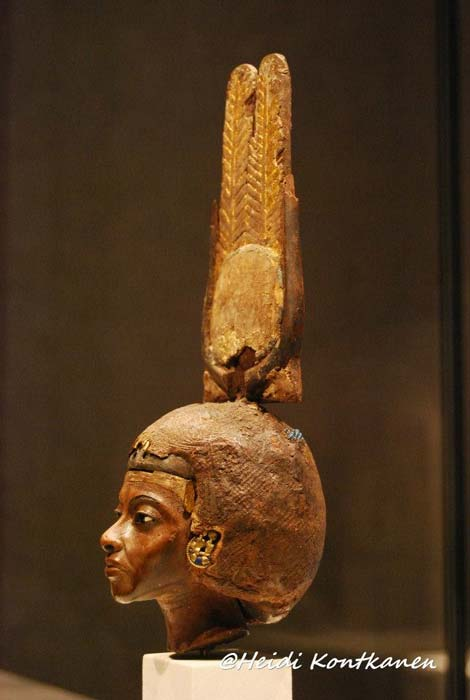 Head of a statuette of Queen Tiye, wearing a double-feathered crown, made of yew wood with silver, gold and glass. Neues Museum, Berlin.