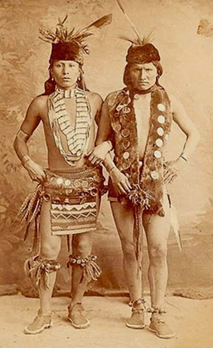 Hehakasapa - Black Elk (left) Elk (right) - 1887 (Edward Curtis, Author provided).