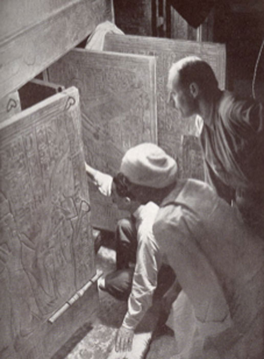 Howard Carter and associates opening the shrine doors in the burial chamber of Tutankhamen's tomb. (Tarawneh / Public Domain)