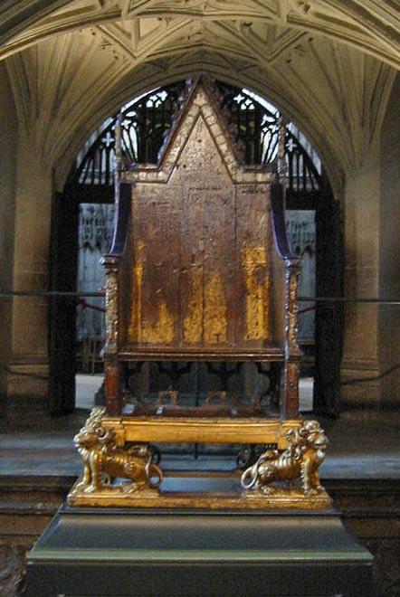 Silla del rey Eduardo (Presidente de la coronación) en su forma actual en la Abadía de Westminster y sin la Piedra de Scone debajo del asiento.