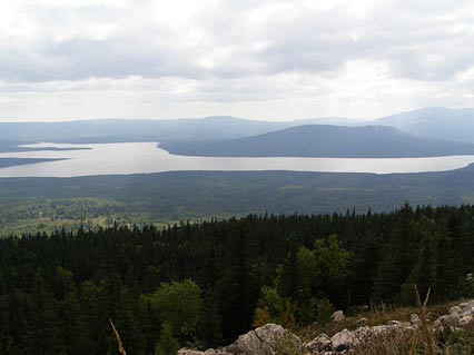 Lago Zyuratkul en los montes Urales