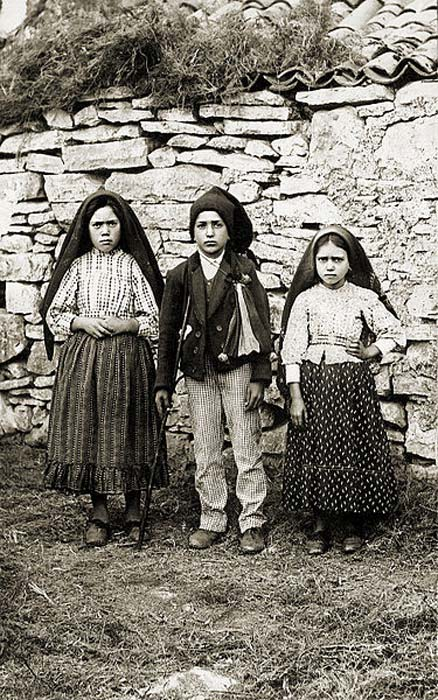 Lúcia Santos (left) with her cousins Jacinta and Francisco Marto, 1917