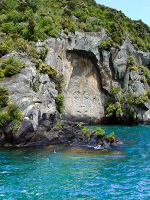Maori rock carvings at Mine Bay on Lake Taupō. (QFSE Media / CC BY-SA 3.0 NZ)