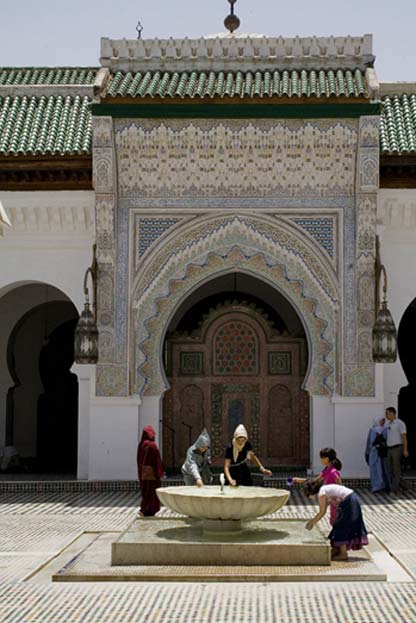 Modern women at the fountain of the University of Al-Qarawiyyin (CC BY-SA 3.0)