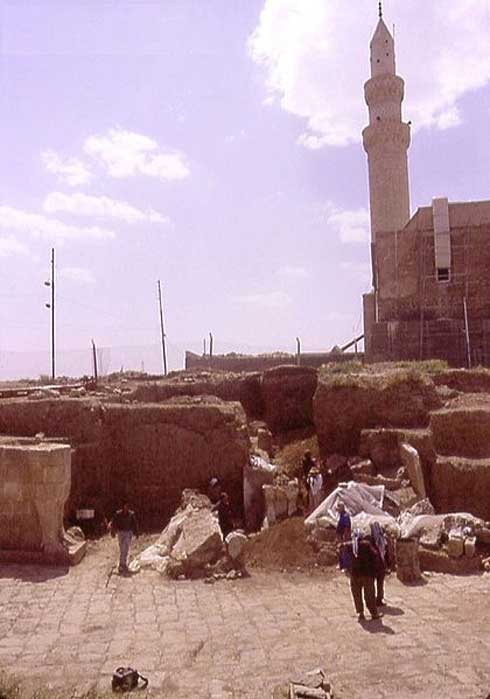 Nebi Yunus. Iraqi archaeologists excavate the monumental entrance to a late Assyrian building. Mosque of Nebi Yunus (destroyed in 2014) is behind.