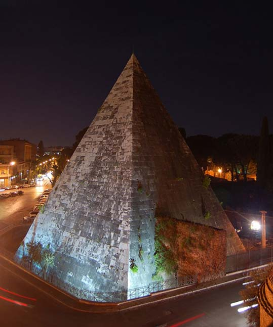 Night view of the pyramid from Porta San Paolo.
