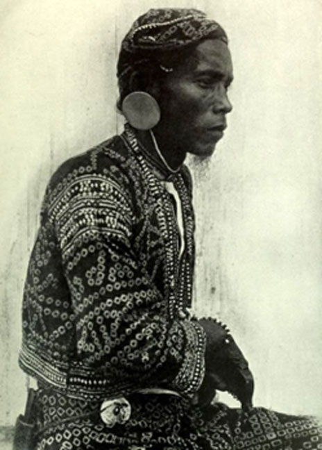 Old photo of a Bagobo (Manobo) priest from the Philippines. The Manobo have been shown to possess noticeable traces of Denisovan ancestry. (Julian Felsenburgh / Public Domain)