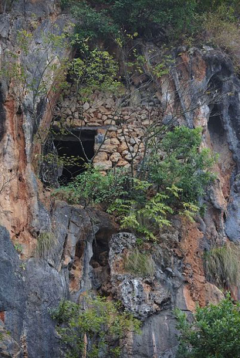 One of the hanging tombs of the Ku People at Bainitang (白泥塘), Qiubei county, Wenshan prefecture, Yunnan province, China. (Pratyeka/CC BY SA 4.0)