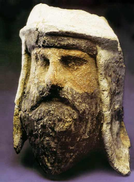 Painted clay and alabaster head of a Zoroastrian priest wearing a distinctive Bactrian-style headdress, 3rd–2nd century BC. (Public domain)