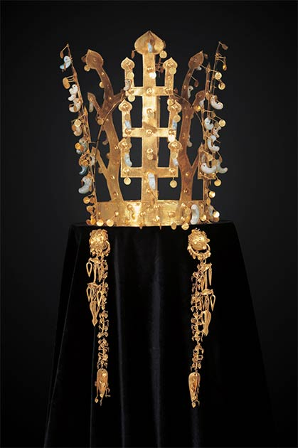 Royal Crown of Silla from Seobongchong Tomb. (Ismoon (talk) 19:42, 30 January 2018 (UTC) (File:서봉총 금관 금제드리개.jpg: cropped and darkened background with Photoshop) / CC BY-SA 4.0)