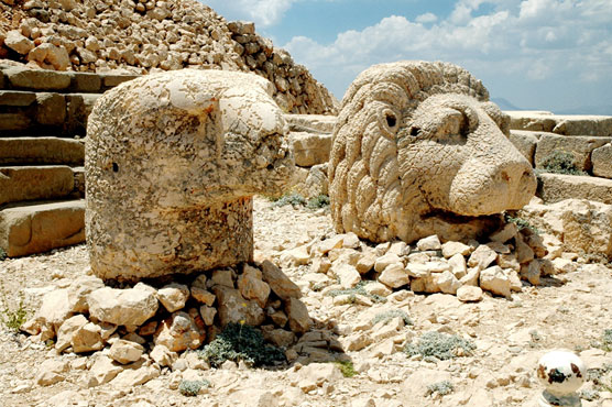 Statue heads atop Mount Nemrut