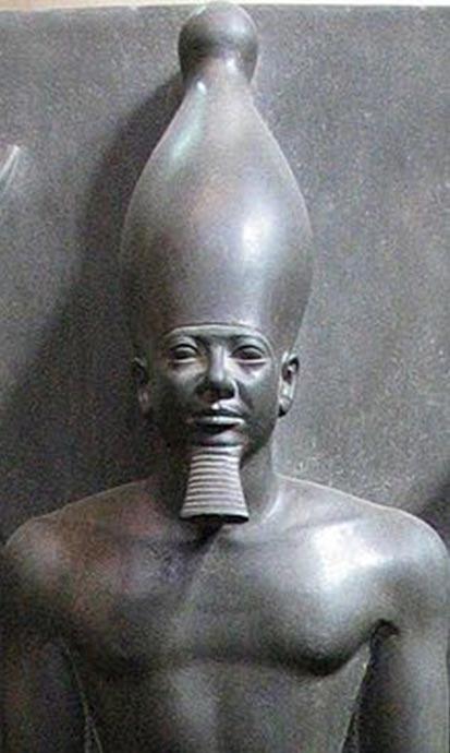 Estatua de Menkaura, Museo Egipcio de El Cairo.  Los templos de Menkaura y Khentkawes I son muy juntos llevando a muchos a creer que había algún tipo de relación familiar entre los dos.