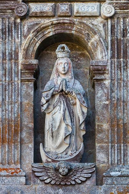 Example of a statue of Saint Mary. Monastery of Santa María de Oseira, San Cristovo de Cea, Galicia (Spain). (Luis miguel Bugallo Sánchez (Lmbuga)/CC BY SA 4.0)