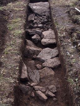 Las piedras colocadas en el interior de una zanja para crear el contorno del geoglifo alces