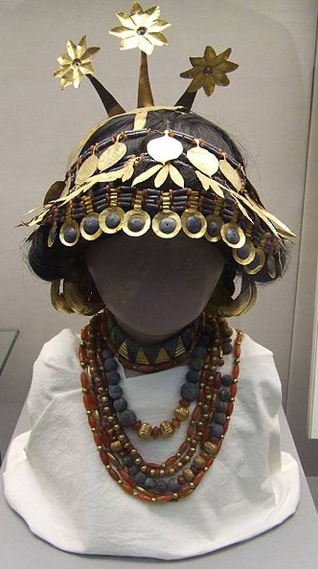 Sumerian necklaces and headgear discovered in the royal (and individual) graves, showing the way they may have been worn. British Museum.