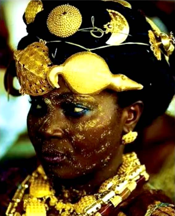The Ghanaian adorned themselves with ornaments made of gold. (HomeTeam History / YouTube)