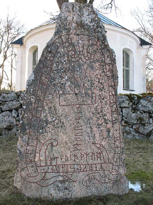 The Stenkvista runestone in Södermanland, Sweden, shows Thor's hammer instead of a cross. (Berig/CC BY SA 4.0)