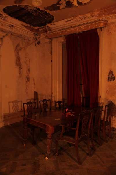 La salle des tapisseries de la maison Loftus.  Est-ce vraiment la table à cartes où un inconnu est censé se transformer en diable et a traversé le plafond?