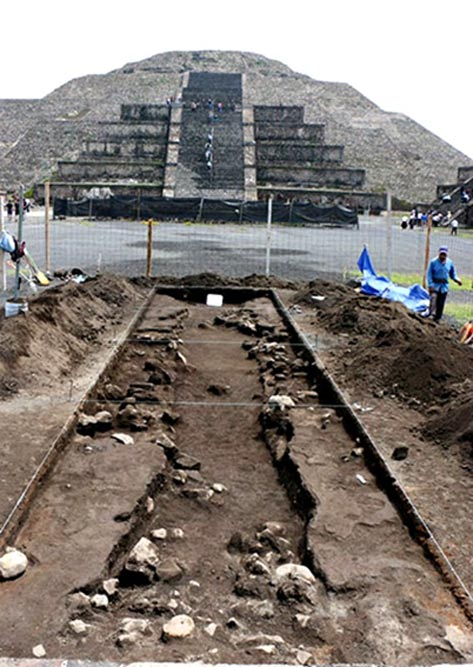 The excavations are being carried out under the surface of the Plaza of the Moon, in front of the Pyramid of the Moon.