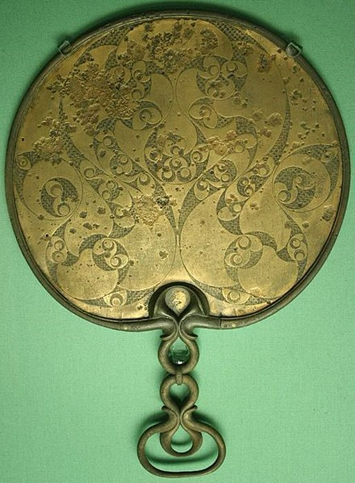 The reverse side of a Celtic bronze mirror from 50 BC. (Rotatebot / Public Domain)