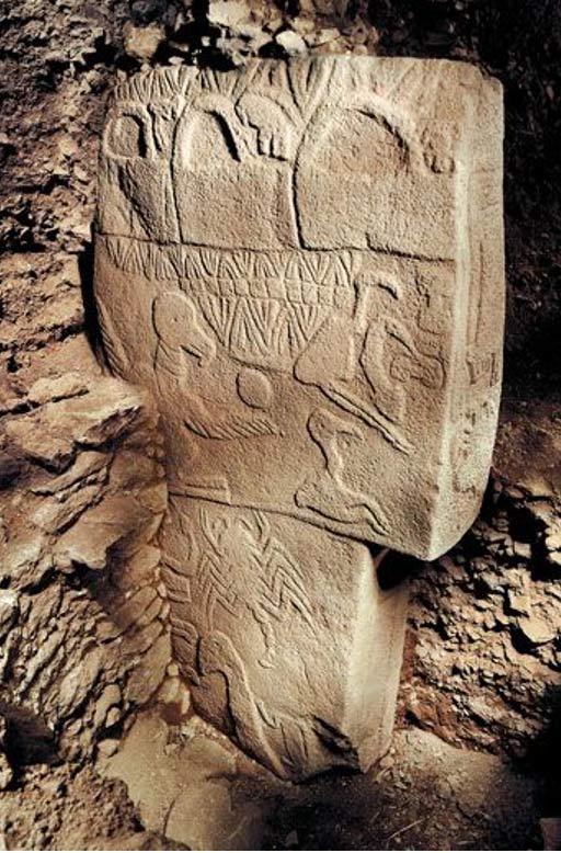 "The ""Three baskets"" symbol on the pillar"
