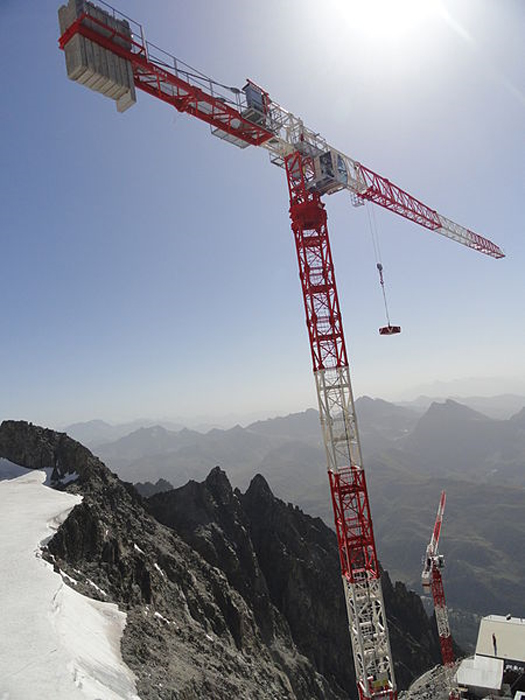 Tower crane atop Mont Blanc, France. (Kristoferb/CC BY SA 3.0)