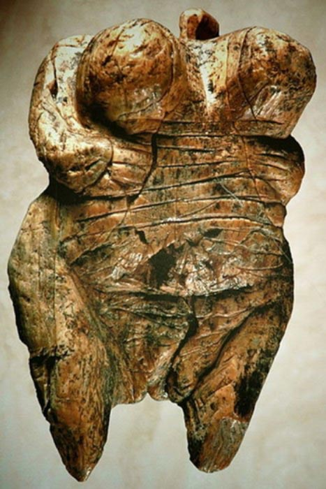 Venus of Hohlefels, the earliest Venus figurine, Paleolithic period, mammoth ivory. (Ramessos /CC BY SA 3.0)