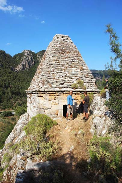 When it was announced the structure was not the tomb of a saint, it was looted. (Image: neoskosmos)