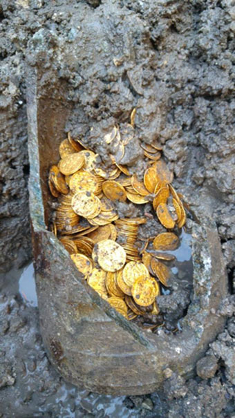 Amazed workers found the amphora stacked with gold coins. (Image: MiBAC)