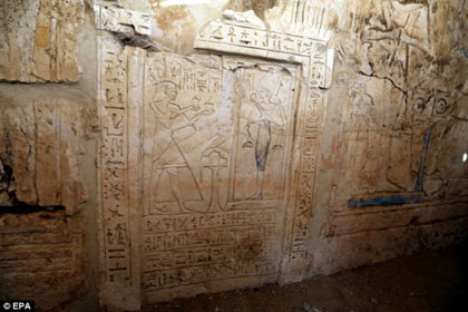 Ancient tomb of a royal messenger reveals visions of the for Ancient egyptian tomb decoration
