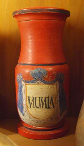 18th century apothecary vessel with the inscription MUMIA from the Deutsches Apothekenmuseum Heidelberg.
