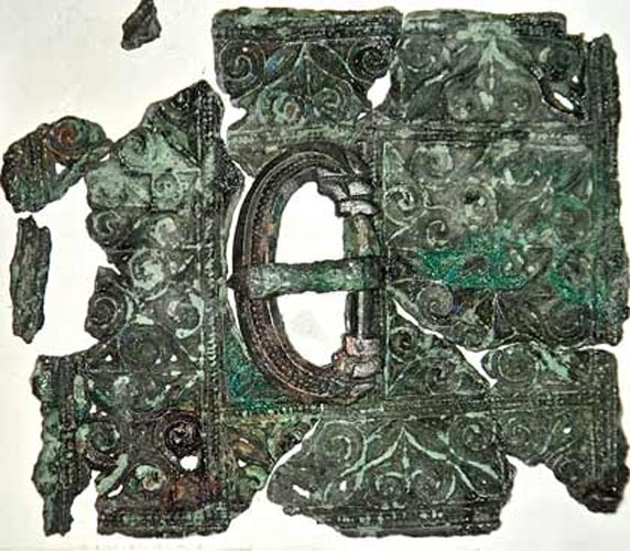 The belt buckle with thin sheet bronze plate recovered in Leicester.