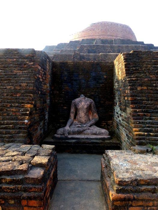 A broken Buddha at Kesaria stupa. (Photo Dharma / CC BY 2.0)