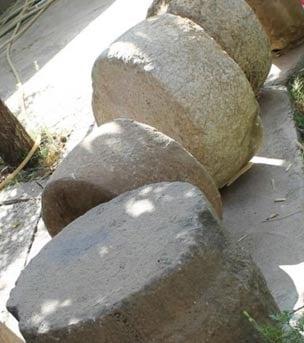 Bases de las columnas que se encuentran en el sitio arqueológico en el Kurdistán, Irak