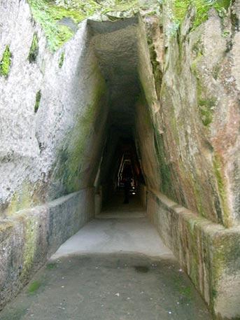 entrance cave sibyl - El misterio de los túneles romanos de Bayas